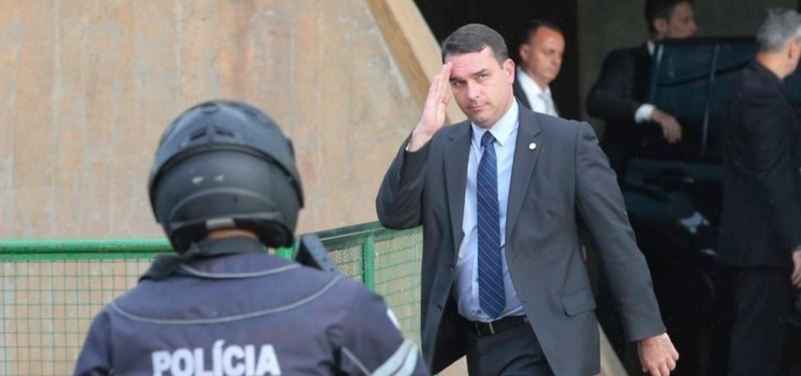 Flávio Bolsonaro financiou prédios ilegais da milícia no Rio, diz Intercept Brasil