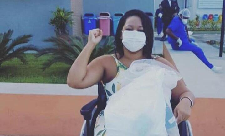 Viúva de MC Dumel, é curada da Covid-19 e recebe alta hospitalar