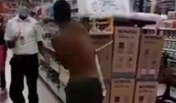 Terror no supermercado: com peixeira, homem luta contra PMs e funcionário em Itaparica; assista