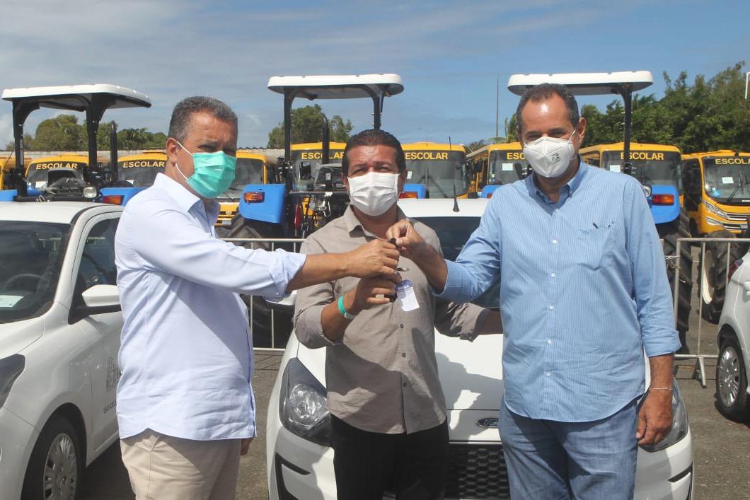 Rui entrega veículos para 120 prefeituras; investimento supera R$ 13 milhões