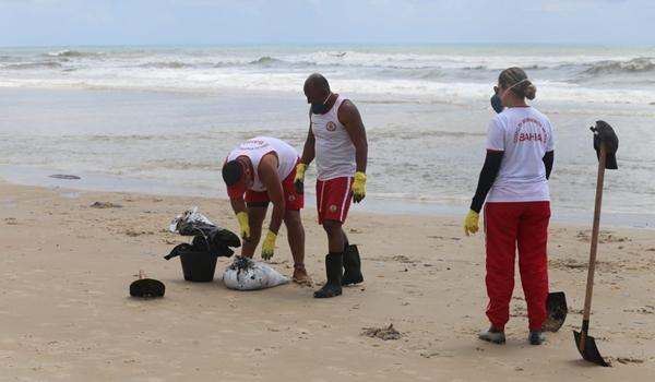 Mancha de óleo volta a aparecer em praia de Ilhéus; Marinha acredita que seja diferente de vazamento anterior