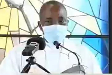 Vídeo: Padre morre na frente de fiéis durante missa transmitida ao vivo