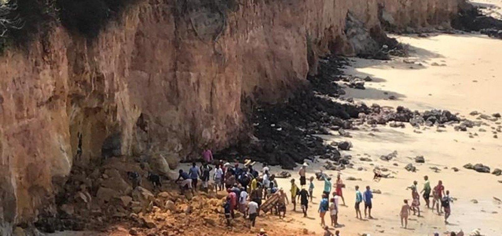 Parte de falésia desaba na praia de Pipa, no RN, e mata três pessoas da mesma família