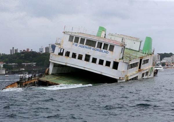 Vídeo: Governo afunda ferry Agenor Gordilho e investe em turismo subaquático