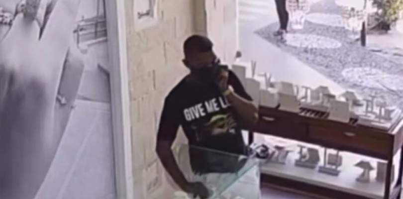 Homem furta pulseira em joalheria de shopping em Lauro de Freitas; veja vídeo