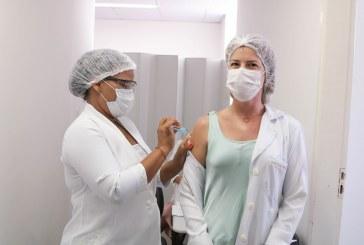 Profissionais de saúde e idosos começam a receber a 2ª dose da CoronaVac em Lauro de Freitas