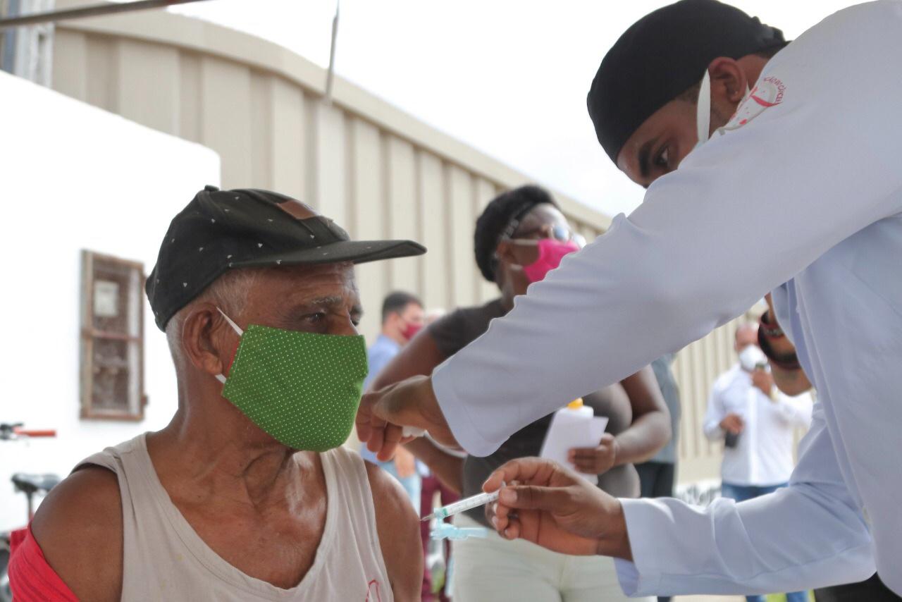 Lauro de Freitas amplia vacinação para idosos de 84 anos ou mais nesta sexta-feira (26)
