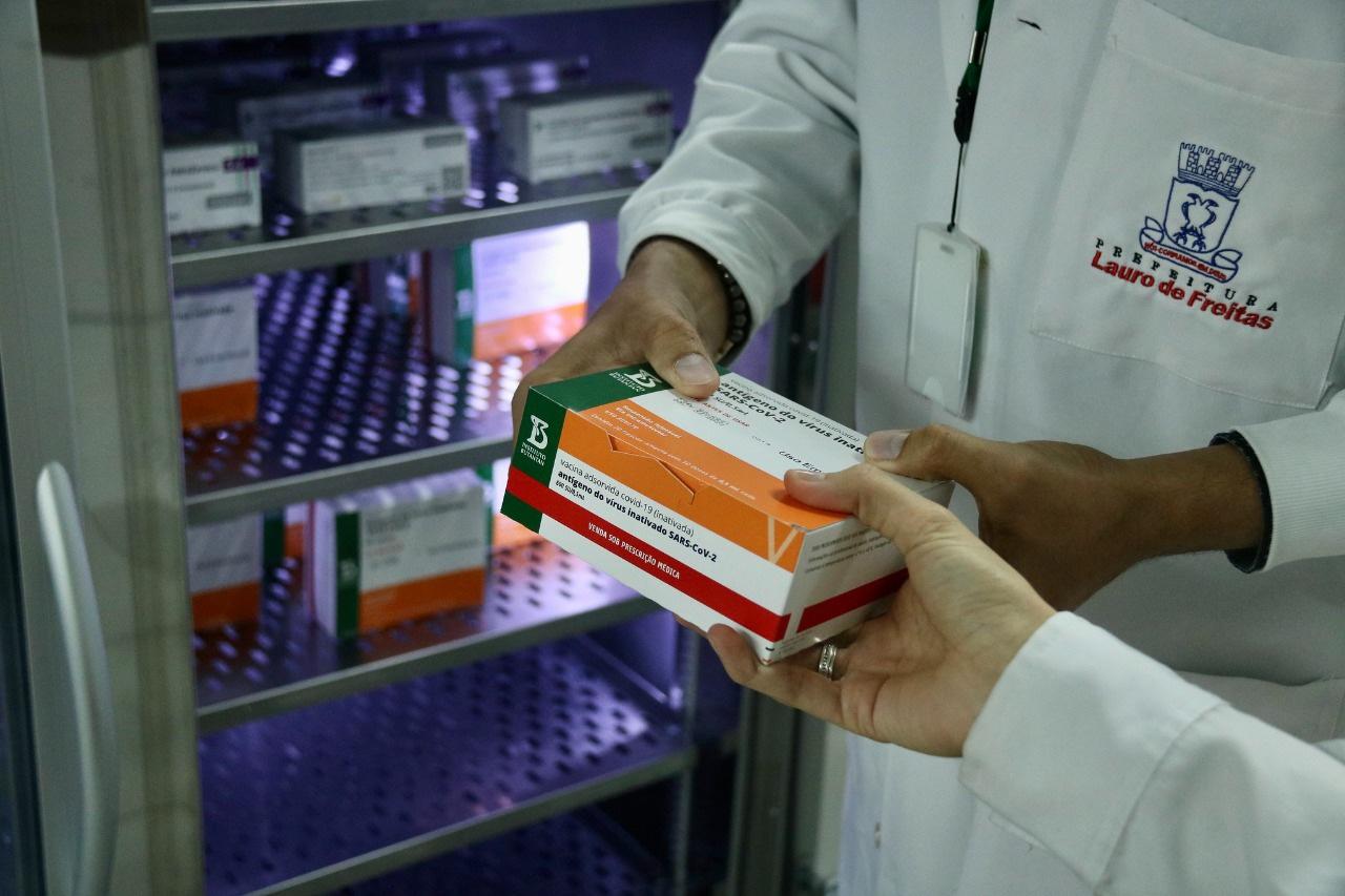 Vacinação contra covid-19 é retomada neste sábado (27) em Lauro de Freitas