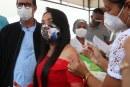 Moema recebe primeira dose e faz apelo ao governo federal para acelerar liberação de mais vacinas