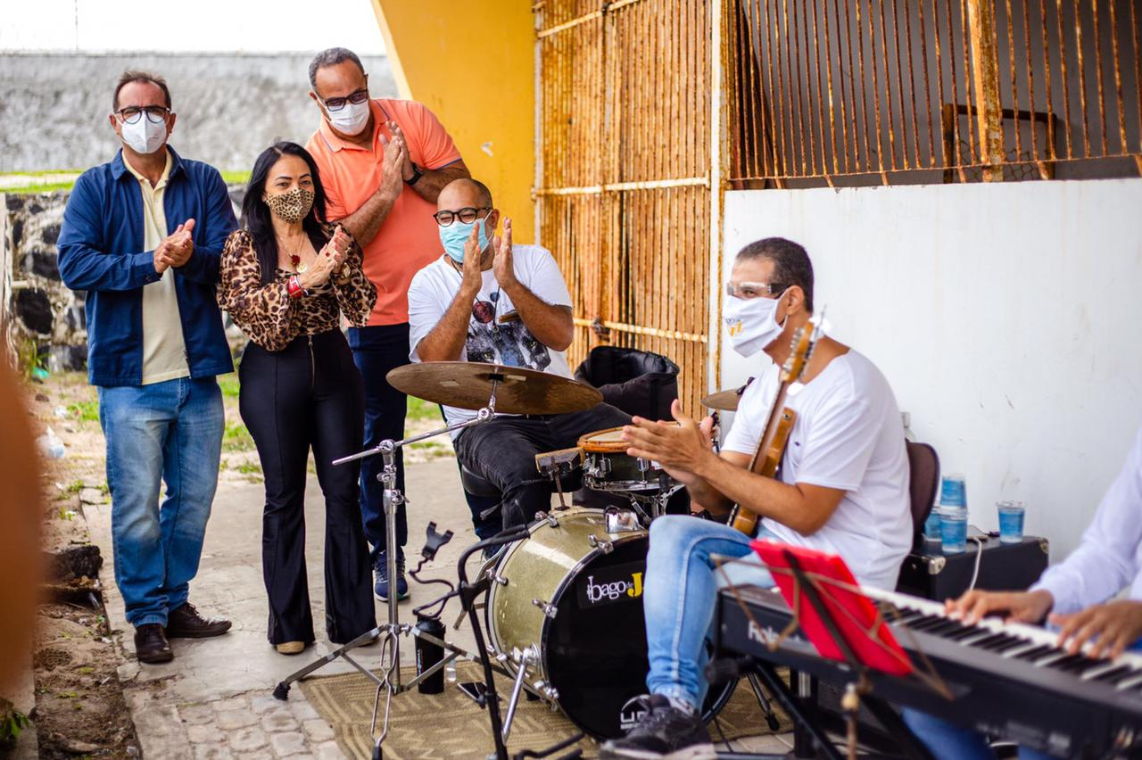 Ao som de jazz, Lauro de Freitas imunizou com segunda dose mais de 2 mil pessoas neste sábado de vacinação