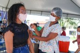 Comemoração em dose dupla: vacina contra Covid-19 chega como presente de aniversário para educadora