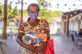 Em ritmo de forró, kit alimentação é distribuído para alunos em escolas da rede municipal