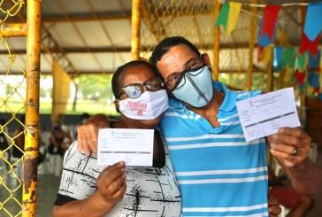 Ao som de forró, Lauro de Freitas vacinou mais de 900 pessoas neste sábado
