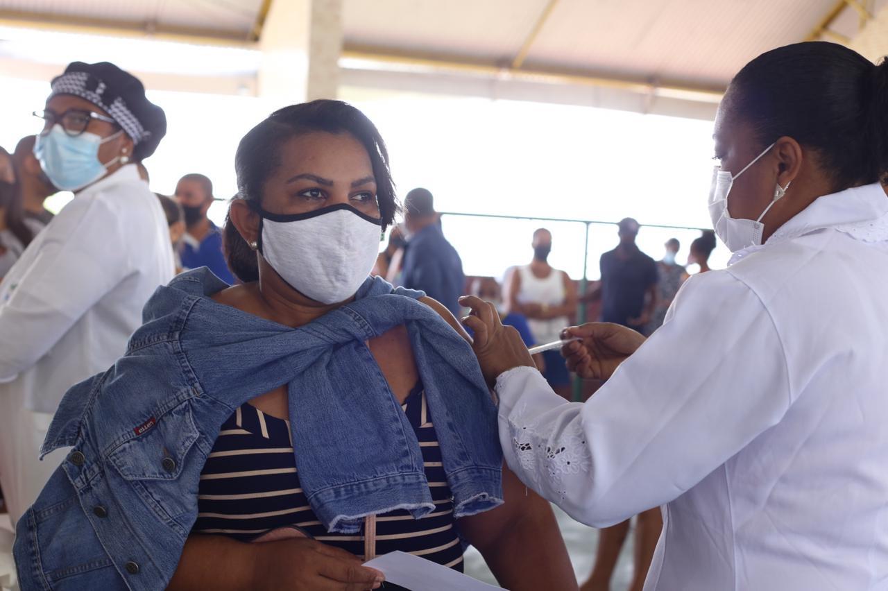 Mais de 1.600 pessoas foram vacinadas neste sábado (10), em Lauro de Freitas