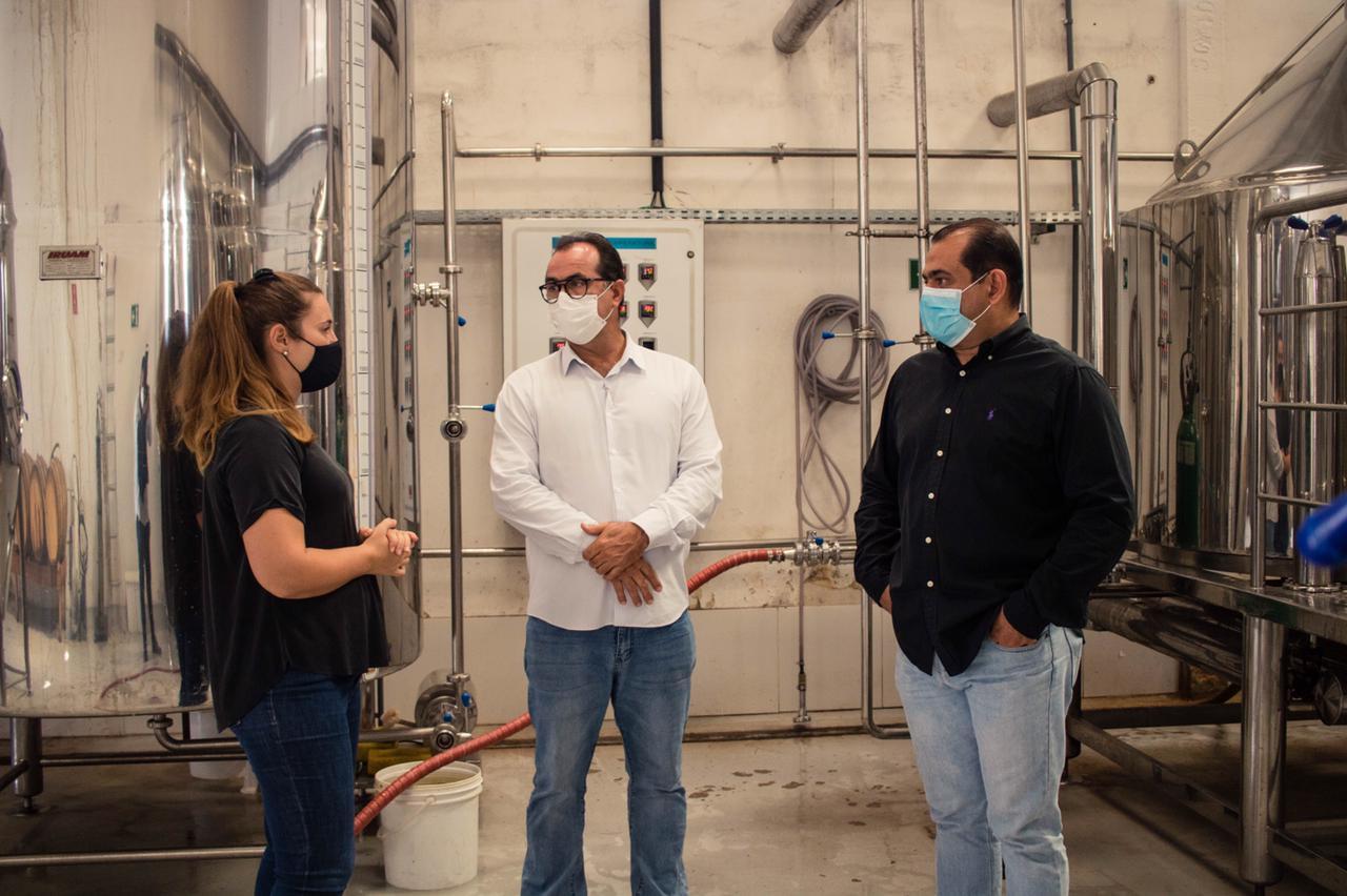 Fábrica de cerveja artesanal de Lauro de Freitas recebe visita de vice-prefeito e superintendente de indústria e comércio após reunião com empresários do segmento