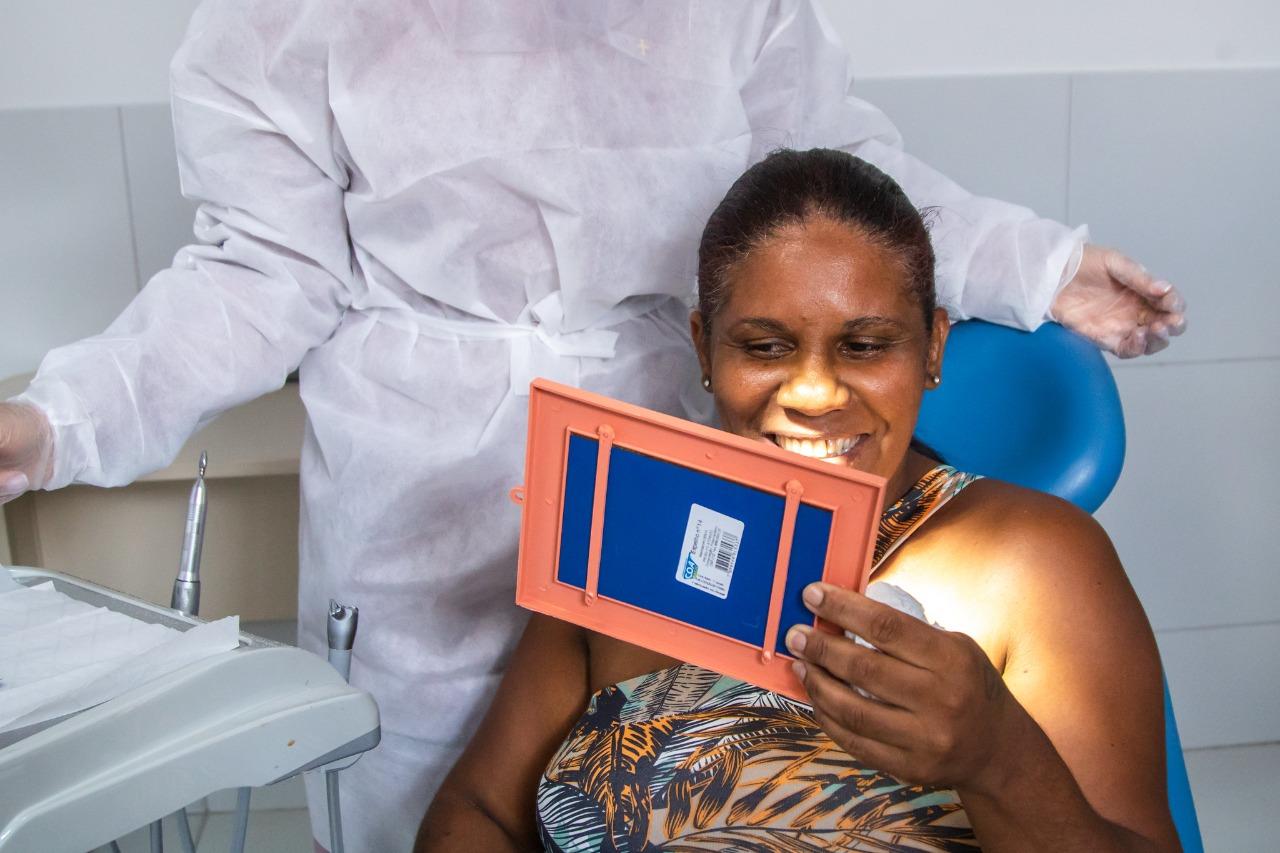 Prefeitura entrega próteses dentárias e eleva a autoestima dos beneficiados