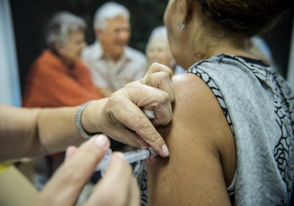 Aumenta o número de mortes de idosos com duas doses de vacina no Rio de Janeiro
