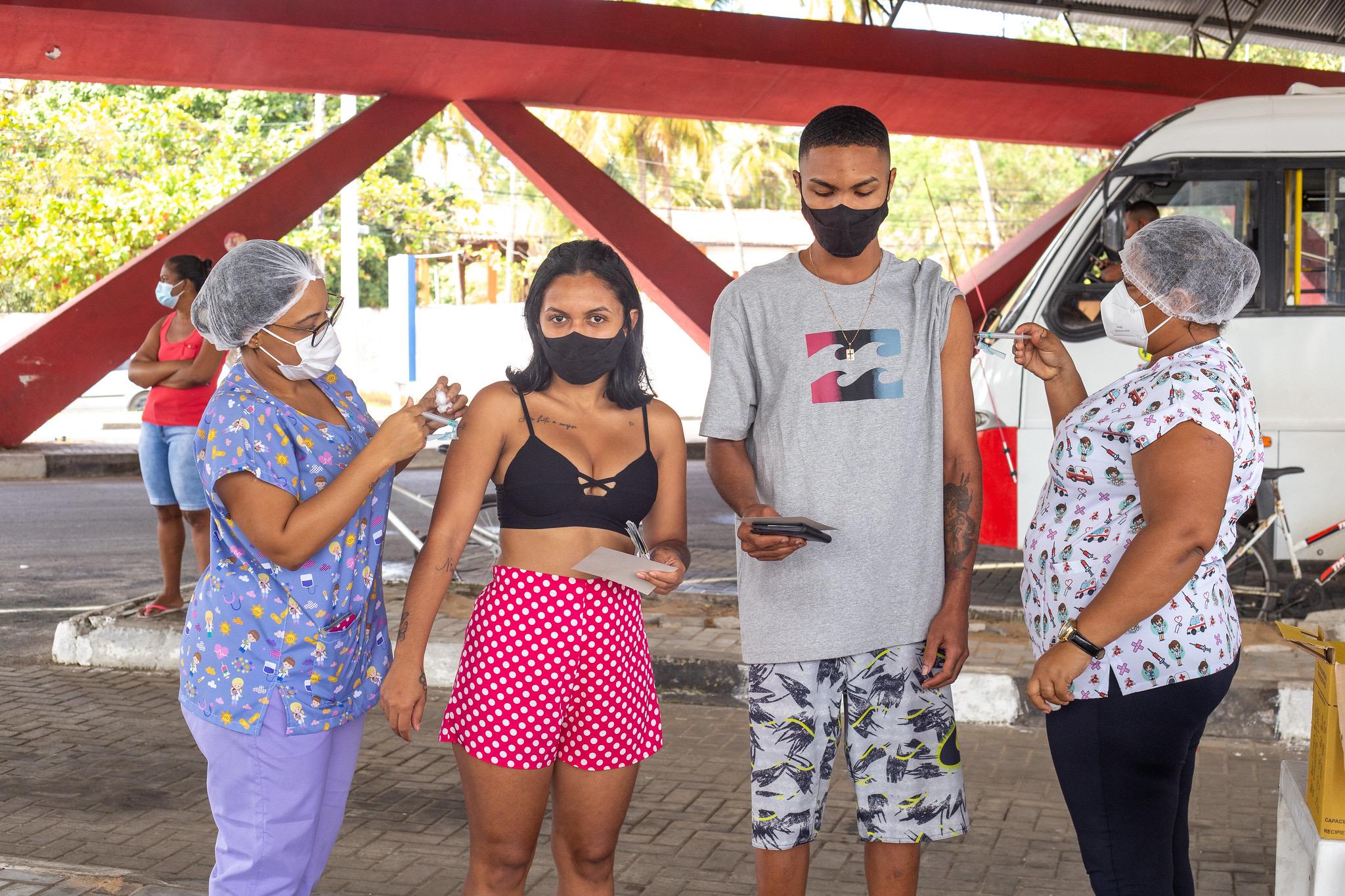 Lauro de Freitas vacina 7 mil pessoas do público-alvo com primeira dose. Nesta terça (24) tem aplicação da 2ª dose