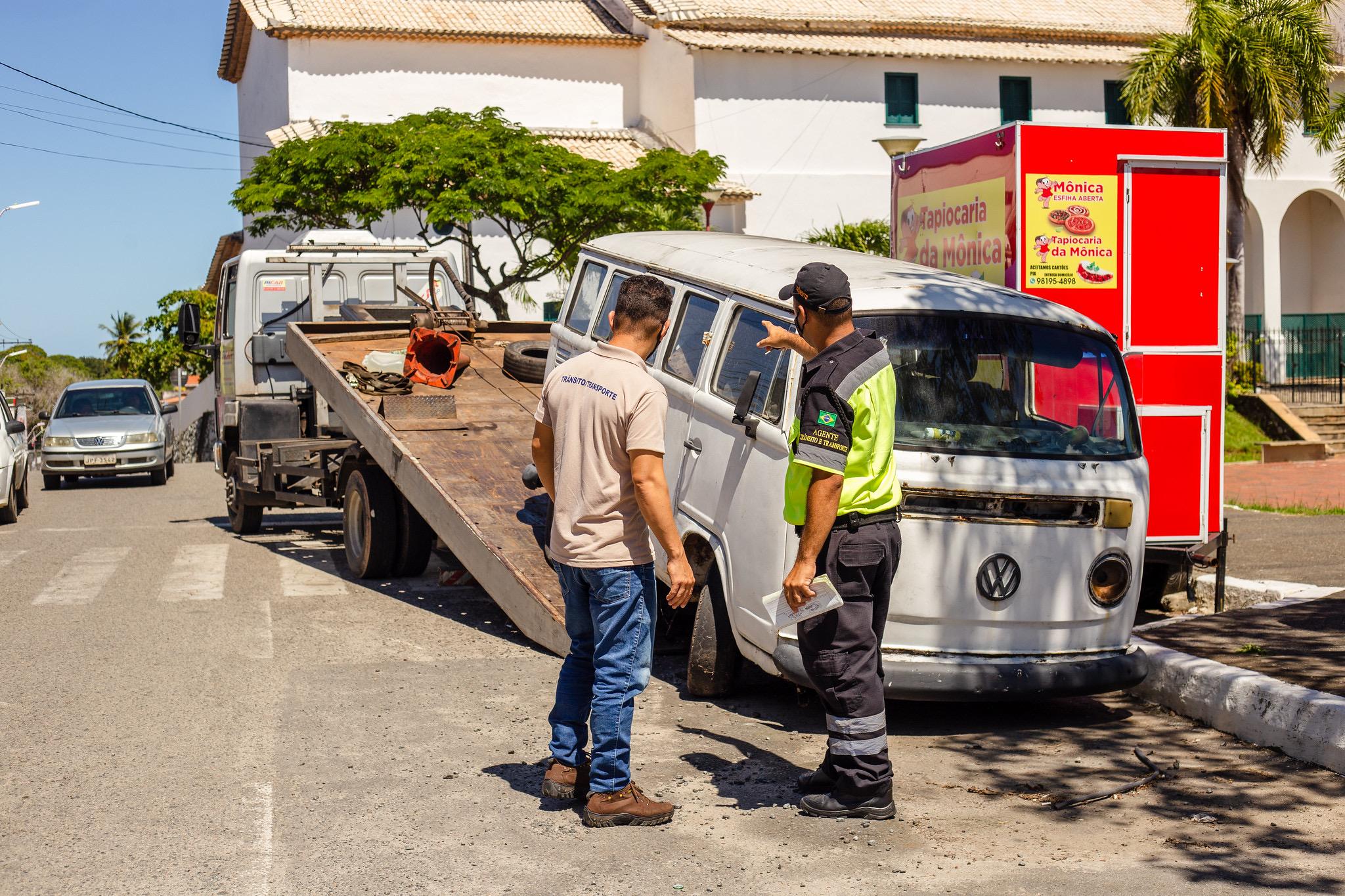 Operação Cidade Limpa: Settop recolhe carros abandonados no Centro de Lauro de Freitas