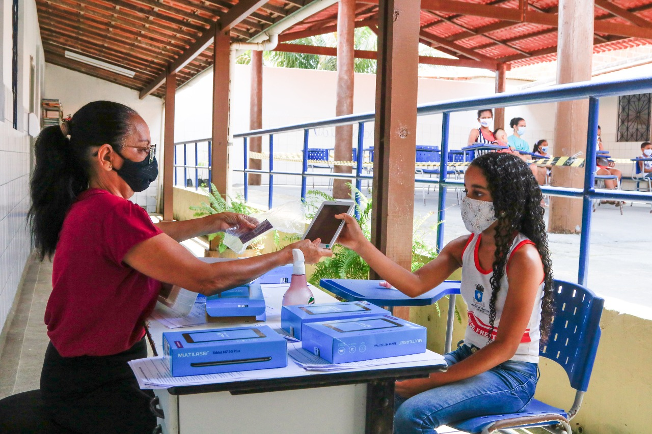 Prefeitura de Lauro de Freitas iniciou entrega de tablets para alunos da rede municipal de ensino nesta terça (31)