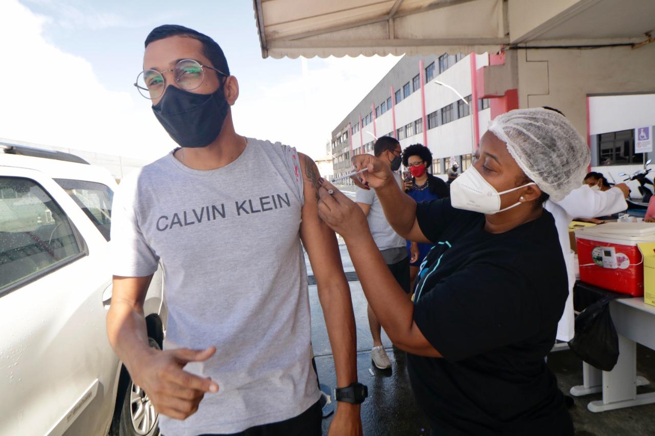 Mais de 100 mil pessoas já foram vacinadas com a primeira dose contra COVID-19 em Lauro de Freitas