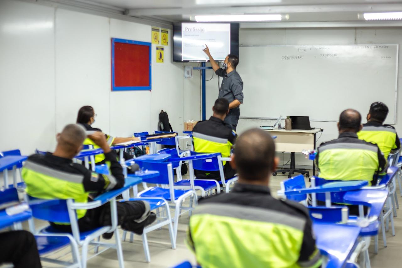 Agentes de trânsito de Lauro de Freitas passam por curso de atualização para melhor atender a população