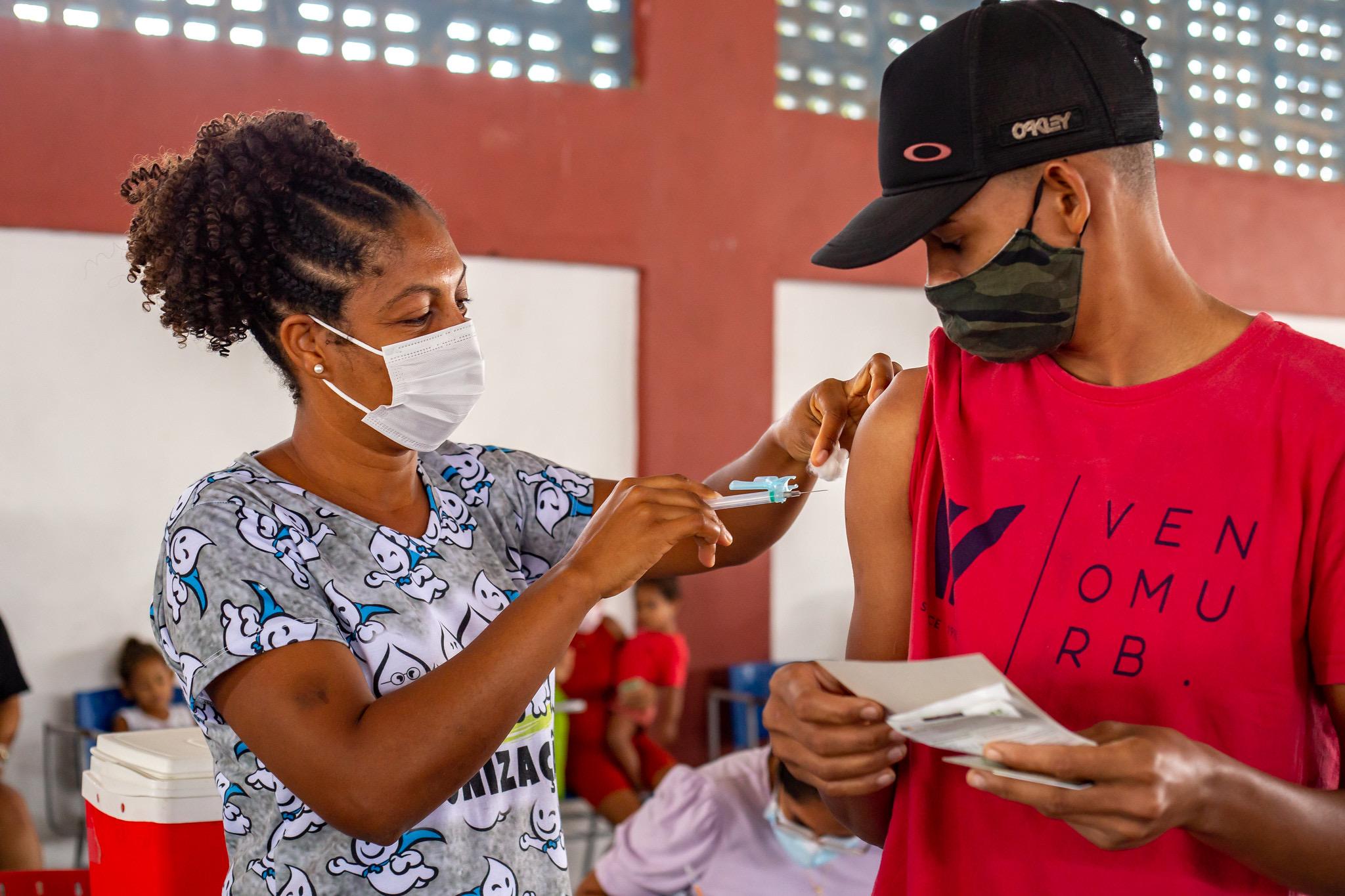 Lauro de Freitas atinge 87,5% do público-alvo com vacinação de jovens acima de 19 anos