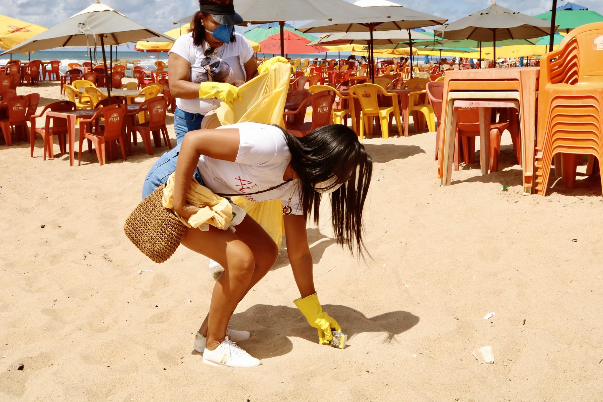 Mais de 100 voluntários se mobilizaram para limpar praias de Lauro de Freitas neste sábado (18)