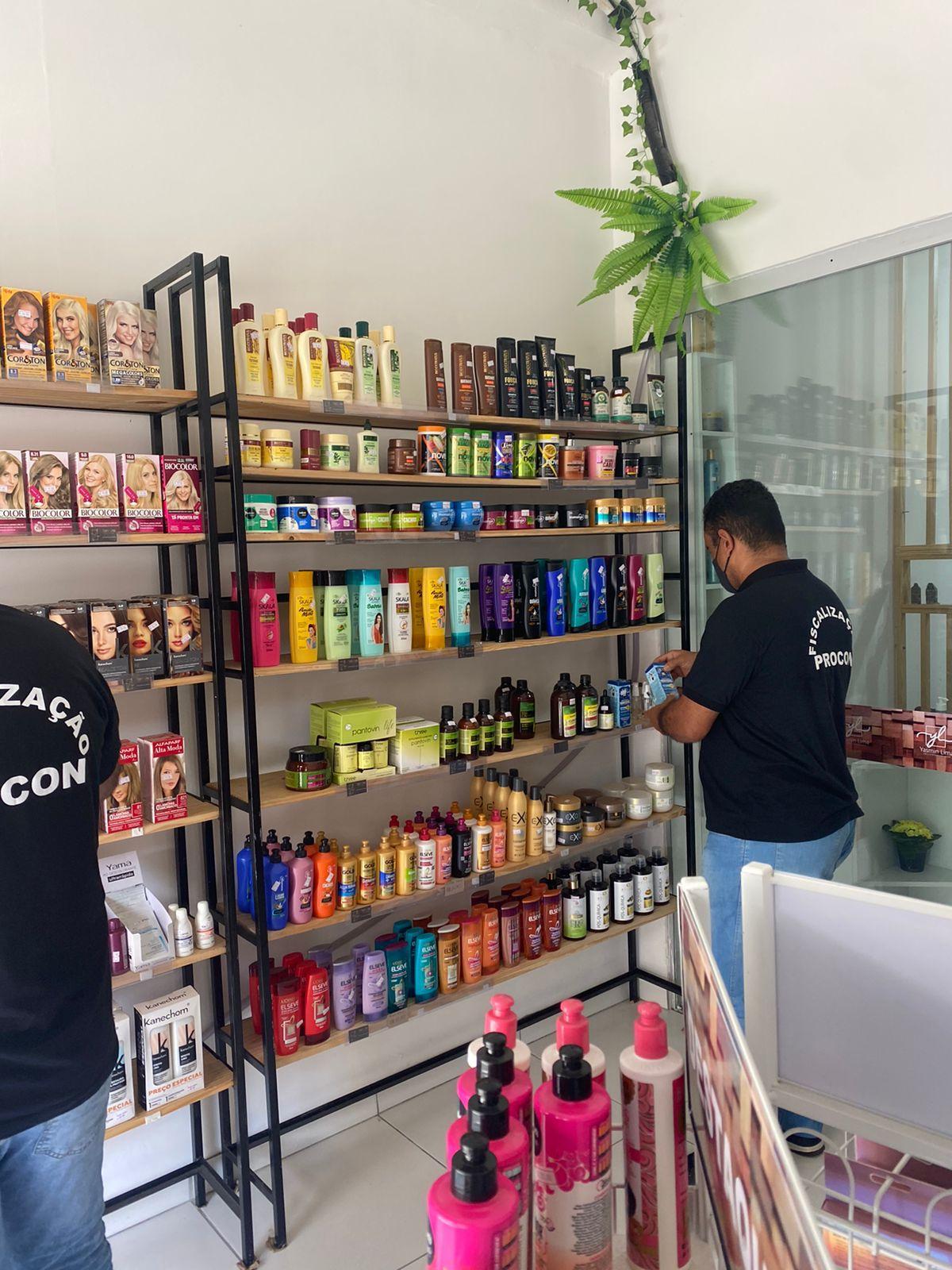 """Operação """"beleza"""" do Procon de Lauro de Freitas flagrou 10 estabelecimentos comercializando produtos vencidos"""
