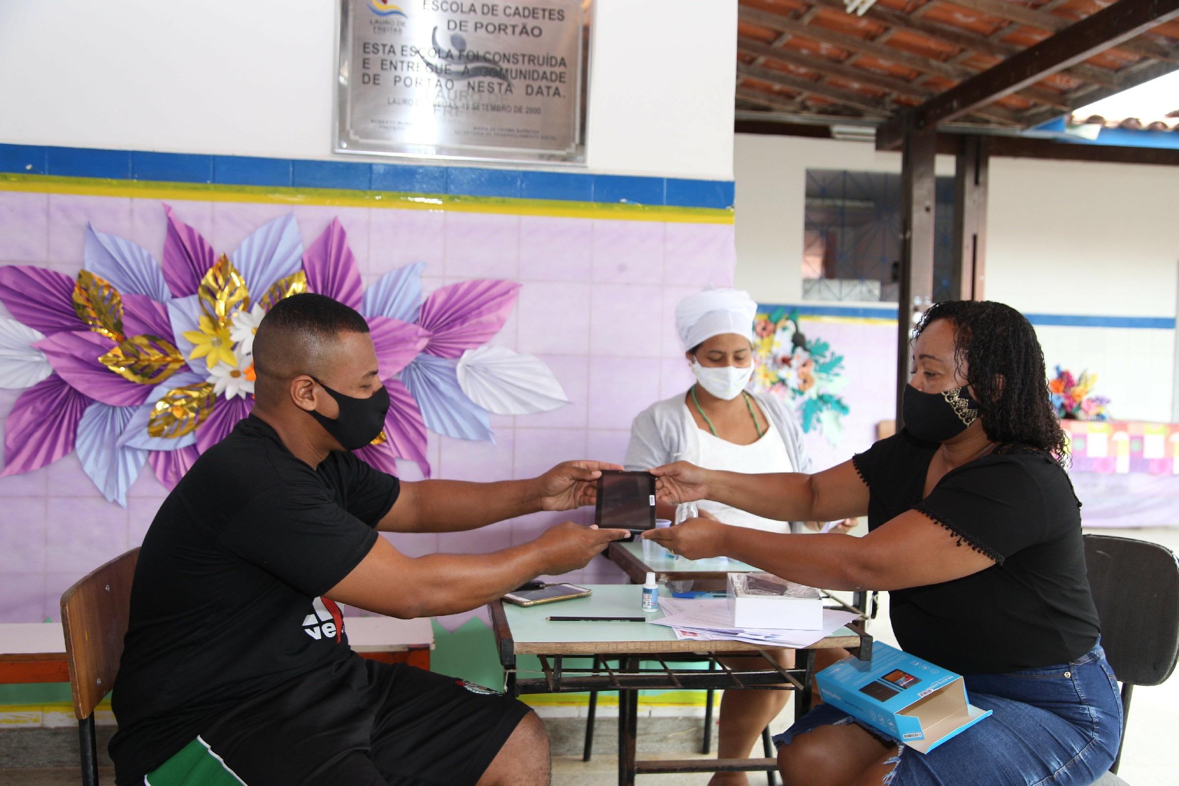 Mães destacam avanço no aprendizado dos filhos com tablets entregues pela Prefeitura.  Alunos de três pólos educacionais já foram contemplados