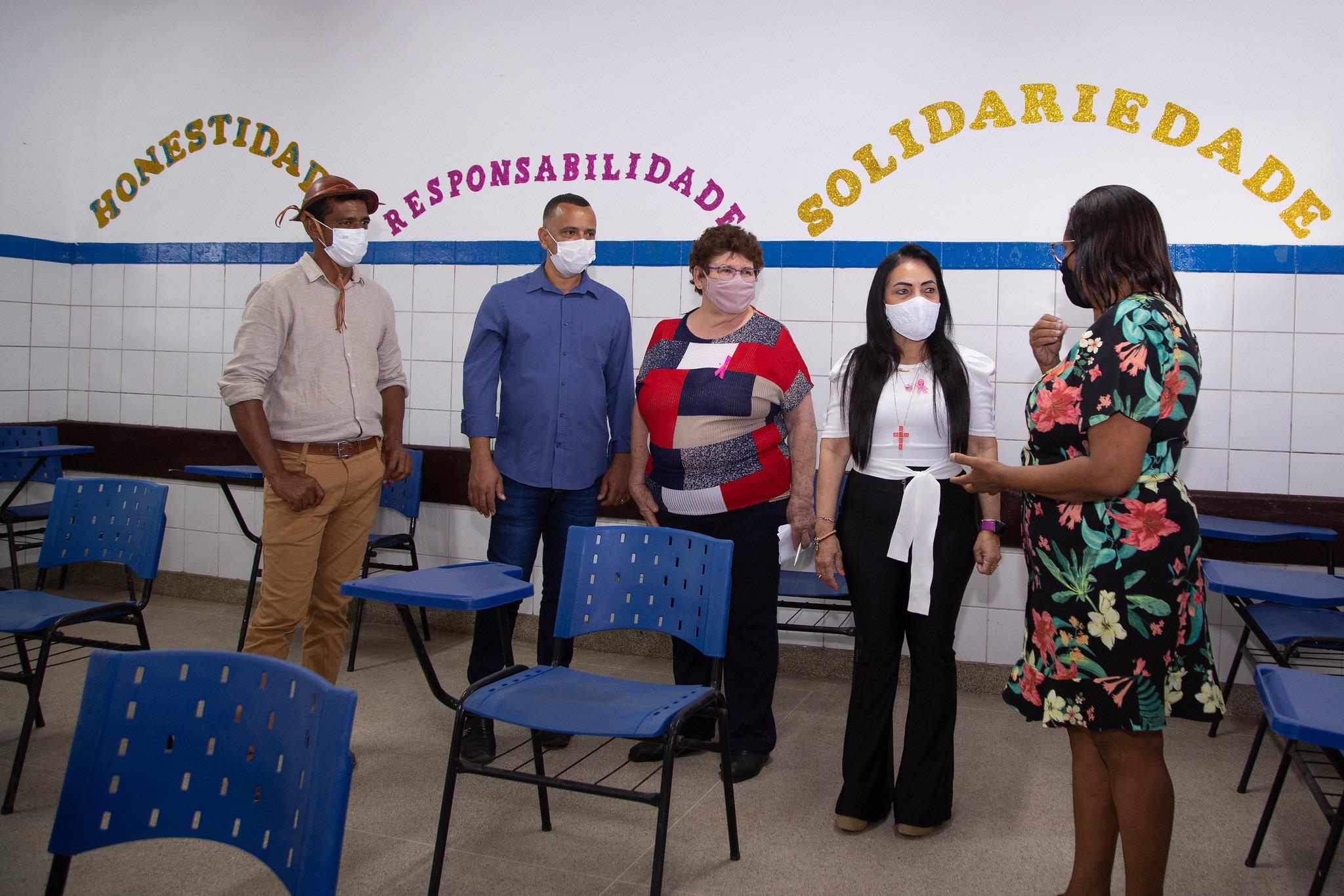 Prefeita e representantes da Educação realizam vistoria técnica nas escolas municipais de Lauro de Freitas