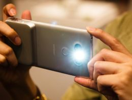 LG CAM Plus Review: Extra Grip and Comfort, but Not Worthwhile