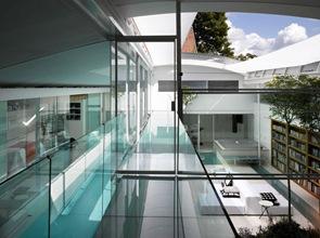 casa-moderna-con-claraboyas-de-cristal-retráctil