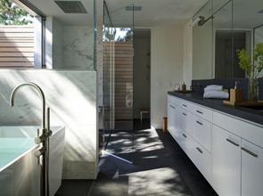 Baño-moderno-Residencia-Seaside-por-Stelle-Lomont-Rouhani-Arquitectos