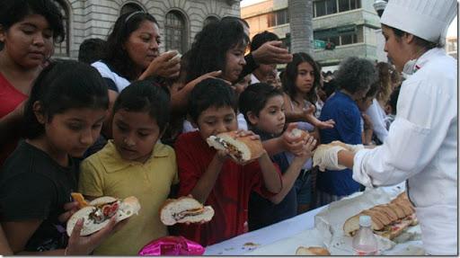 La gente degustando la torta