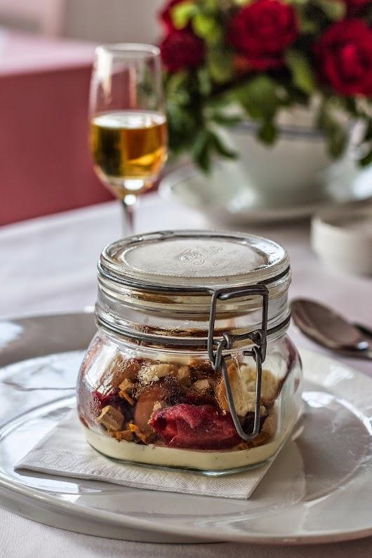 Dessert med blommer i patentglas hos Svinkøv Badehotel Mikkel Bækgaards Madblog