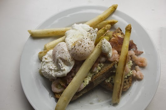 Hvide asparges med pocherede æg, rygeostcreme, sprød parmaskinke og rejer