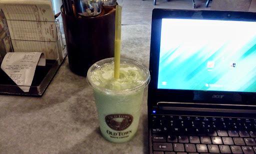 minum lime yoghurt smoothies old town white coffee sambil tulis entri banyak idea tapi tak tertulis.jpg