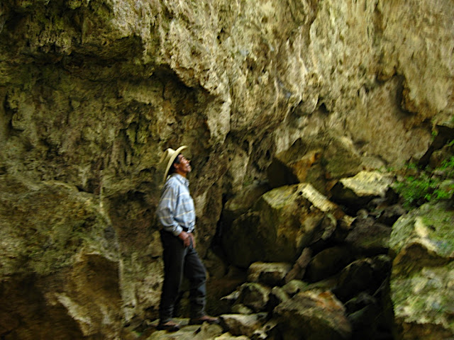 Don Filiberto admirando la caverna, era la primera vez que entraba