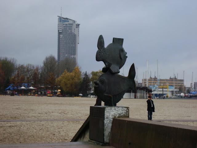 Gdyńskie Rybki, Sea Towers, plaża i człowiek z komórką...