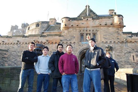 Bersama Abang Sit di Edinburgh Castle (tp xmasuk sebab mahal. Haha. Kedekut)