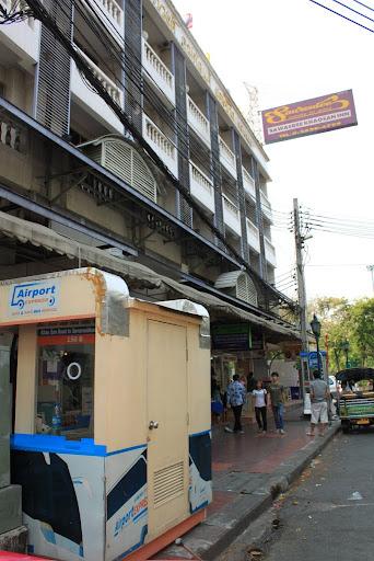 Sawasdee Khaosan Inn di depannya ada Airport Bus