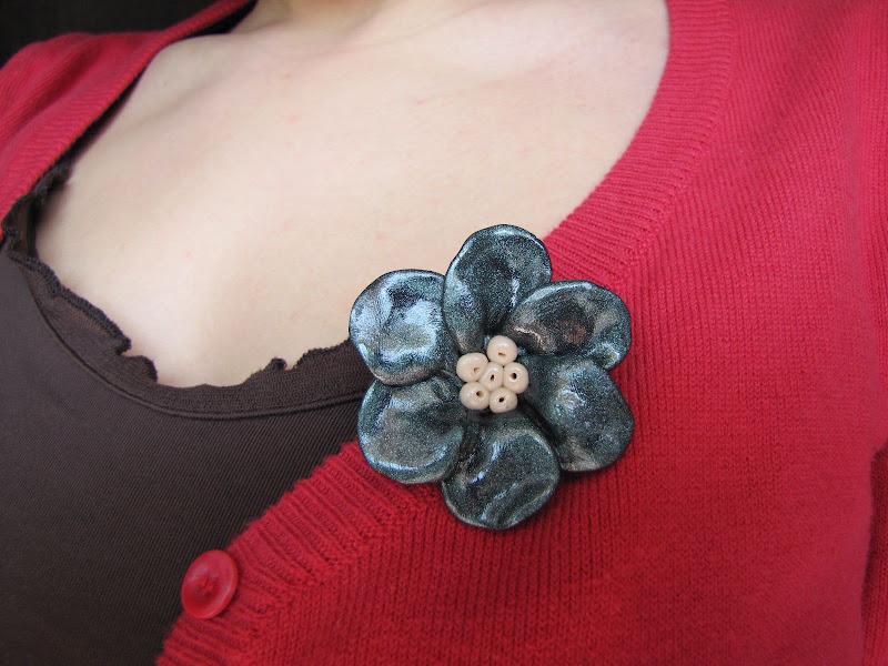 Brosa Handmade Fimo, floricica in culori metalice - verde