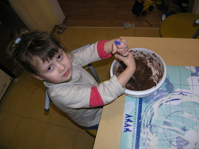 Кристина замешивает шоколадное тесто
