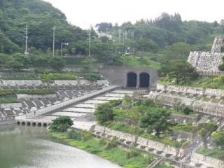 上池と下池を繋ぐトンネルを望む