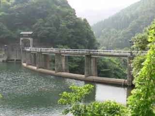 右岸よりダム湖側堤体を望む