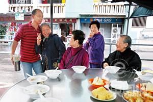 連月來大派免費粥,李松慶與一大班長者成為好友,不少長者見到他,都笑到「四萬咁口」。