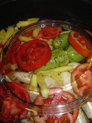 والآن أصبحت الخضروات جاهزة للطهي - وكما ترون، فقد أضفت بعضاً من محتويات الكوسة (التي وضعناها جانباً) لتطهى مع الطماطم والخضروات المحشية...