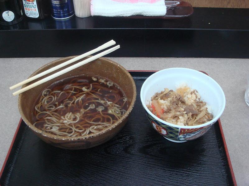 Un piatto di ramen con riso e carne a parte, quasi finiti di mangiare