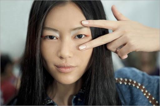 makeup-trends-2011-eyeshadow-extended-derek-lam